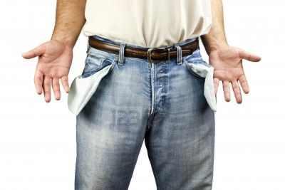 13942394-hombre-desempleado-joven-vestido-con-pantalones-de-mezclilla-azul-que-muestran-los-bolsillos-vacios-.jpg