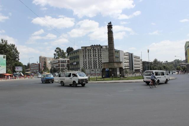 Addiszi körforgalom, az oszlop tetején álló oroszlán Haile Szelassziét jelképezi akit Júda oroszlánjának nevezett a nép..jpg