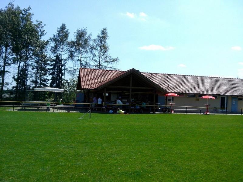 Es a hétvégi munkahelyem… a falu sport pályáján a Kantin….jpg