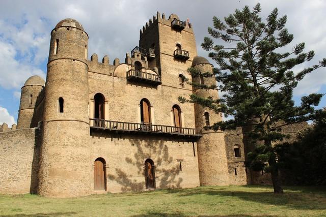 Gondar lett Etiópia első fővárosa a 17.században. A képen látható várat a város alapitója Bazilidész király építette.jpg