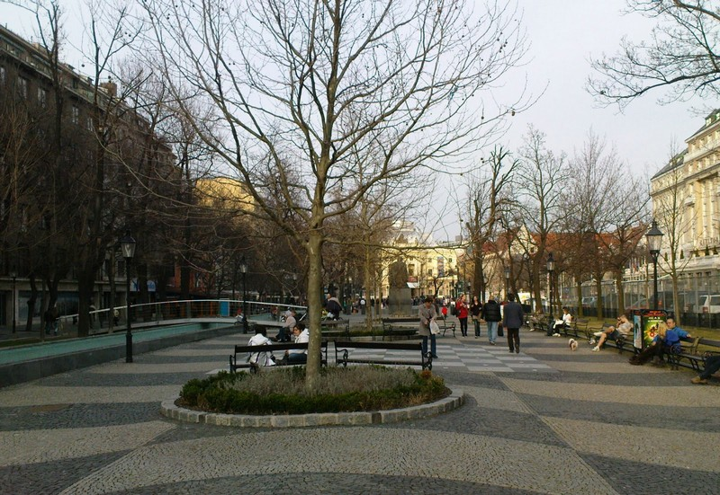 Hviezdoslav-tér, Jobbra látható az amerikai nagykövetség katonai támaszpontja. Szemben az opera, tőle balra az USA második legerősebb bástyája, a McDonald's.JPG