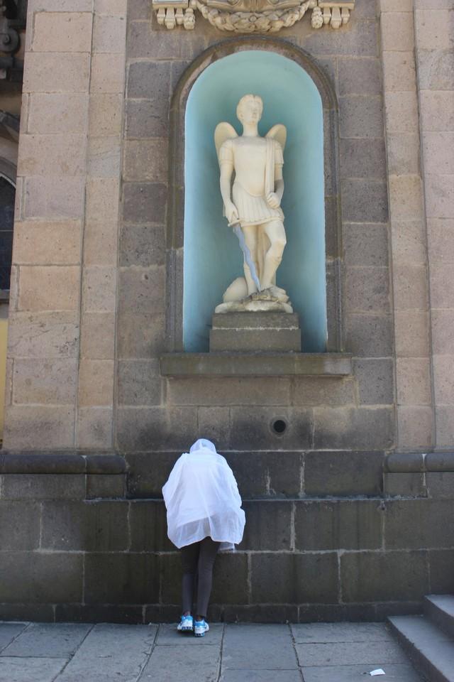 Imádkozó lány, Szentháromság Katedrális.jpg