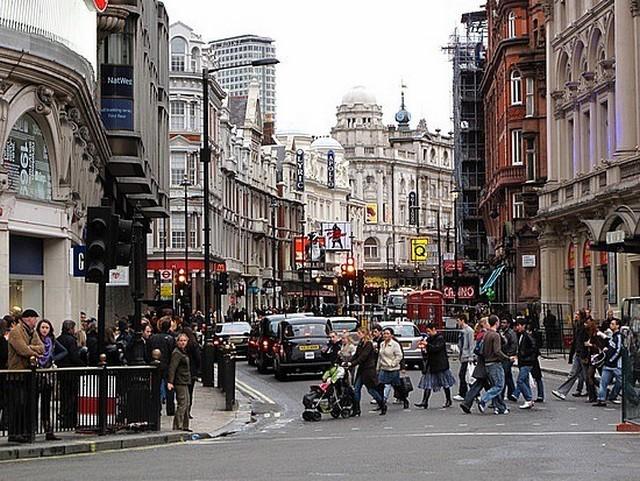 London utca tömeg.jpg