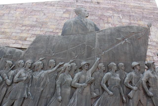 Mengisztu a Derg elnöke amint győzelemre viszi népét. Az emlékmű a hetvenes évek végén épült észak-koreai támogatással..jpg