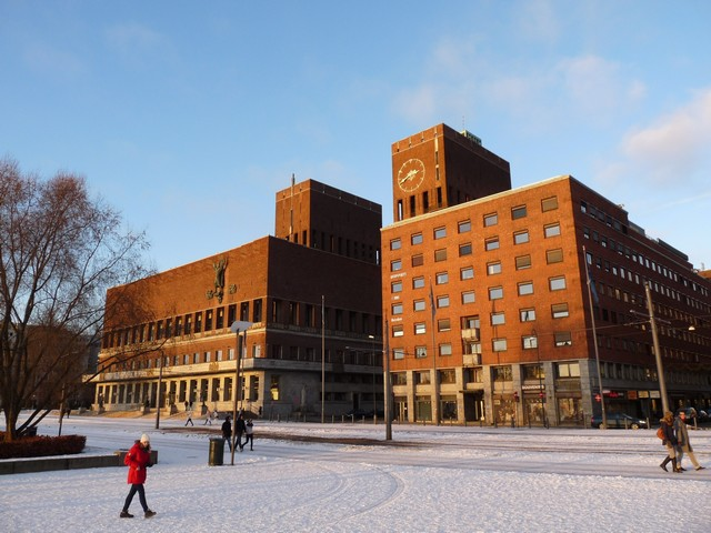 Oslo városháza a lemenő nap fényében_1.JPG