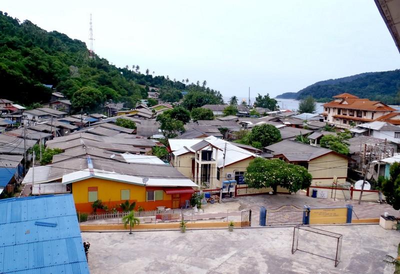 A falu ugyanott