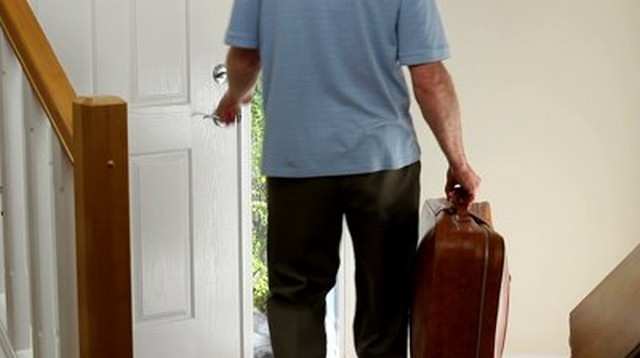 férfi bőrönddel kilép az ajtón.jpg