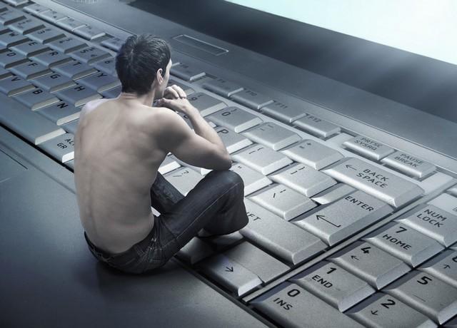 férfi gondolkodik laptopon.jpg
