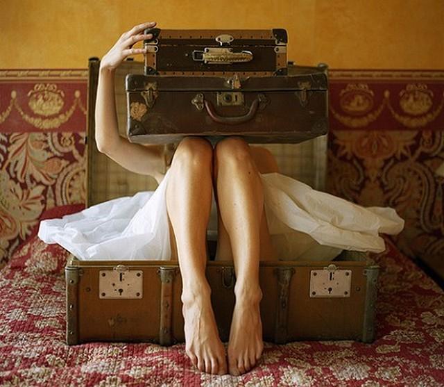 nő bőrönddel.jpg