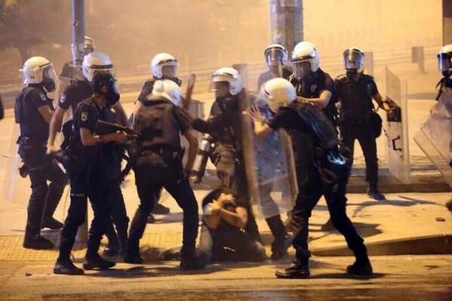 rendőrök verik a tüntetőt.jpg