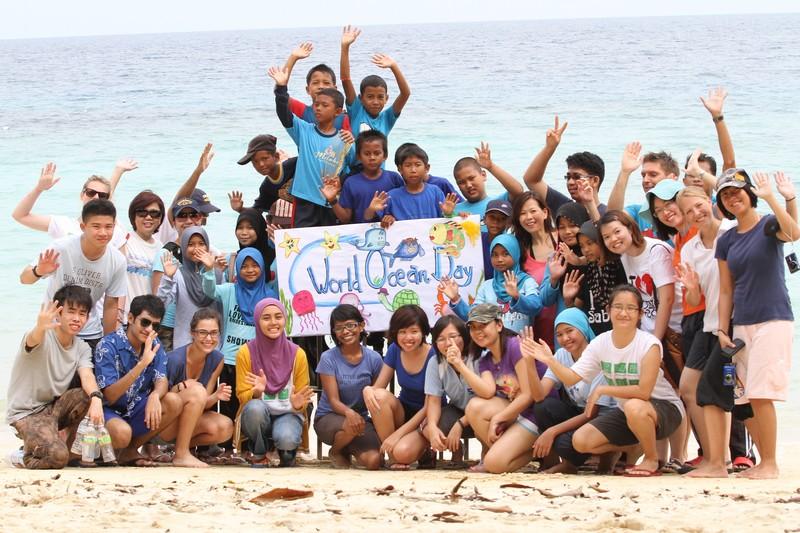 vendégcsoporttal és Perhentian sziget egyik iskolás csoportjával.jpg
