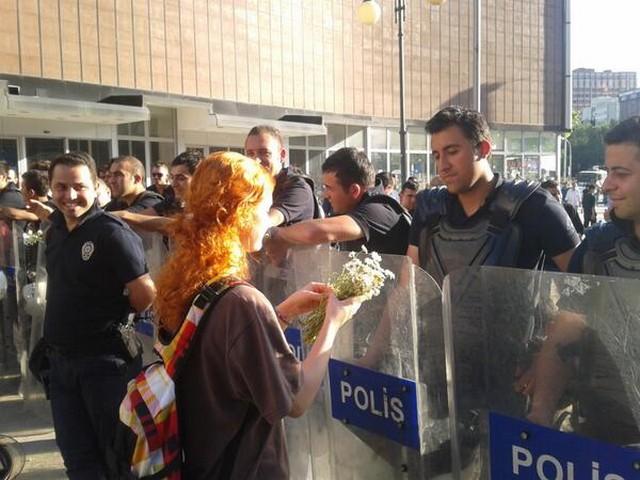 virág tüntető rendőr.jpg