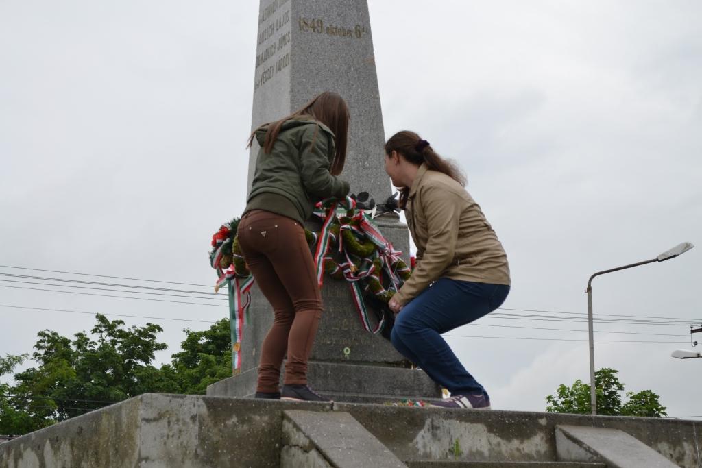 HA-13-01-77-015-arad-vesztohely-vertanuk obeliszkje megkoszoruzasa.jpg