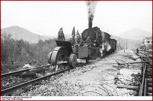 1944. Német sinfarkas (vasúti pálya pusztító) munkában Olaszországban..jpg