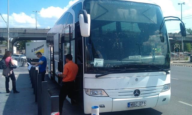 10:45-kor állt be egy busz, amire Bécs volt irányként kiírva. Felvették az utasokat, még szereltek rajta valamit, majd 10:53-kor elindult.   3 óra 53 perc késéssel.<br /><br />A fentiek alapján SOHA, SENKINEK nem ajánlom az említett céget! A Balkánon sokkal jobb minőségben, ügyfélcentrikusabban működnek a hasonló cégek. Nagy kamu az egész, csak sajnálni lehet azokat, akik még bedőlnek az OW-nek és velük utaznak!!!<br />vidékimen