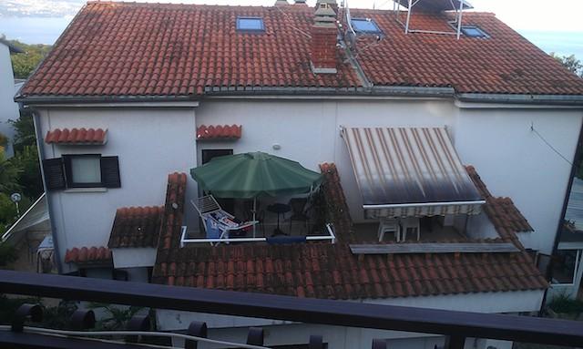 Kilátás a szobából (egy másik háznak a teteje, oldalt egy kis sávban kilátás a tengerre)