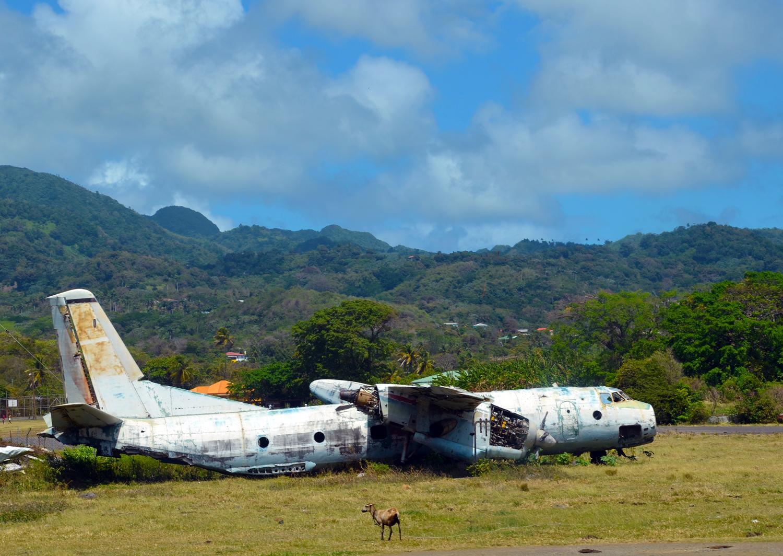 Repülőroncs a sziget régi, elhagyatott repterén