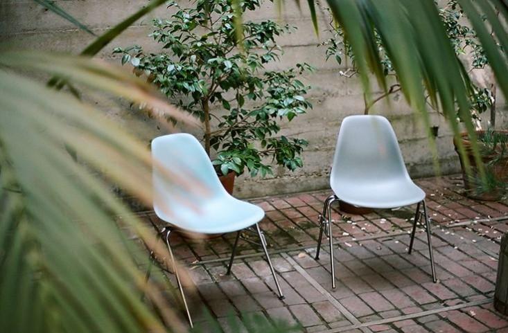 eames-house-la-patio-chairs-gardenista.jpg