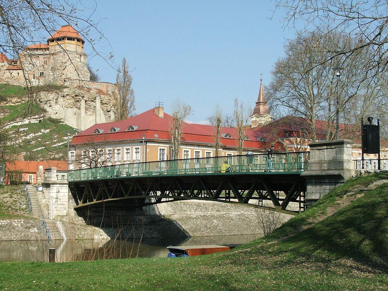 1280px-Esztergom_Kossuth_híd_a_szigetről.JPG