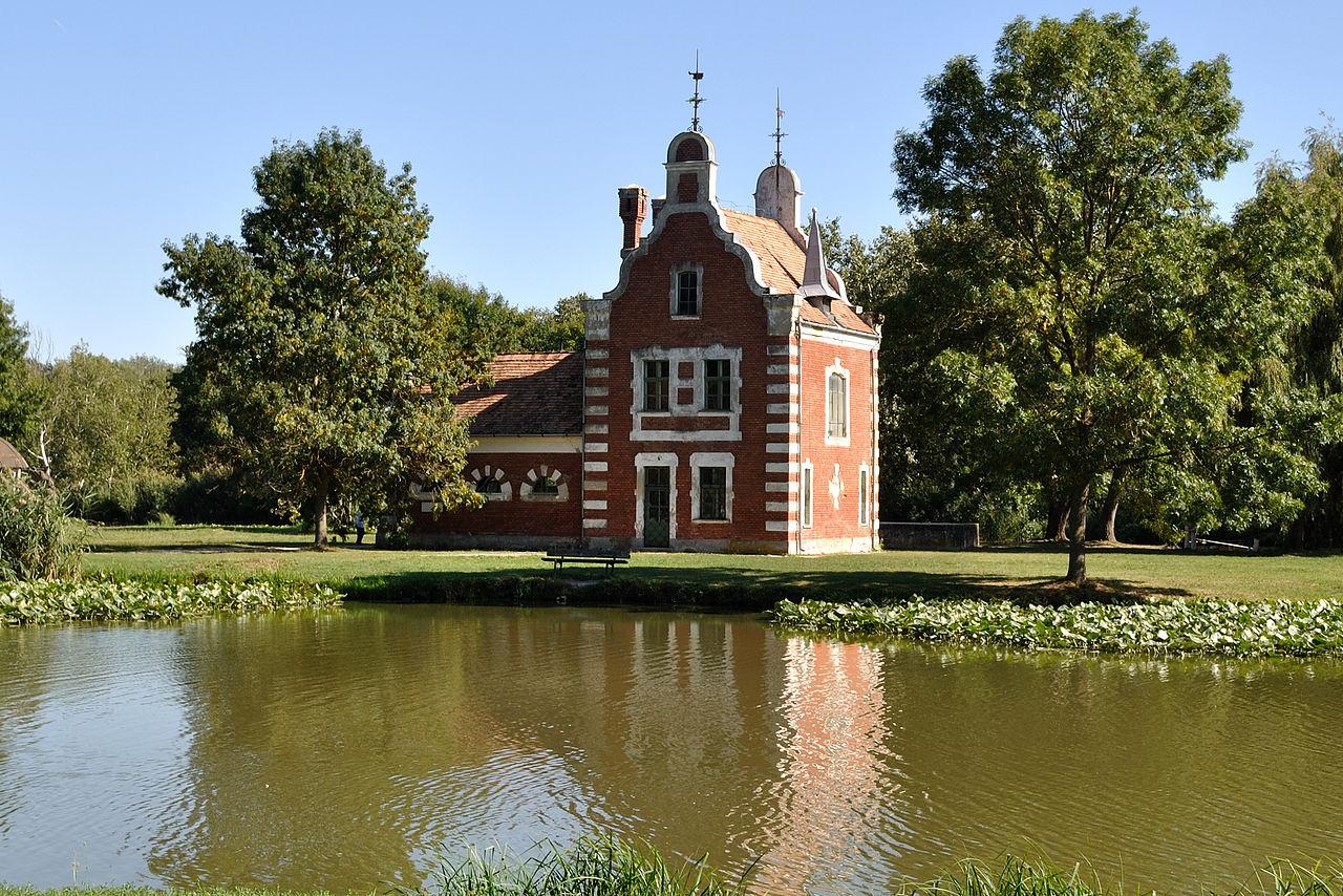 1280px-Hollandi-ház_(3601._számú_műemlék)_puffacs indafotó_wiki.jpg