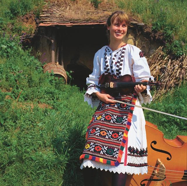 Felsőszentmárton__Hangulatok_Csonka-Károly_Népzenész-lány-horvát-viseletben_a.jpg