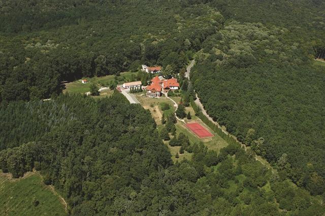Zselickisfalud_Hotel-Kardosfa_Szálláshelyek_Ismeretlen-fotós_Légi_a.jpg