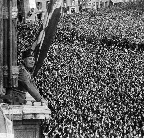 Mussolini na sacada do Palazzo Venezia.JPG