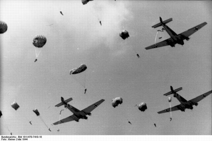 blog49 Bundesarchiv_Bild_101I-670-7410-10,_Fallschirmjägerabsprung_aus_Junkers_Ju_52.jpg