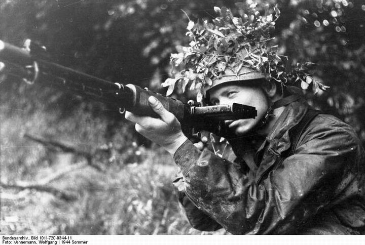 blog49 Bundesarchiv_Bild_101I-720-0344-11,_Frankreich,_Fallschirmjäger_mit_FJG_42_in_Stellung.jpg