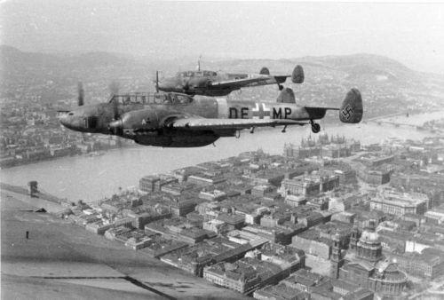 Bundesarchiv_Bild_101I-669-7340-27,_Flugzeuge_Me_110_über_Budapest.jpg