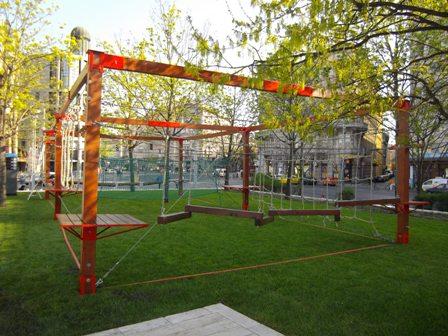 Az Andrássy felőli sarokban egy mini kalandpark épült, ez nagyon jópofa