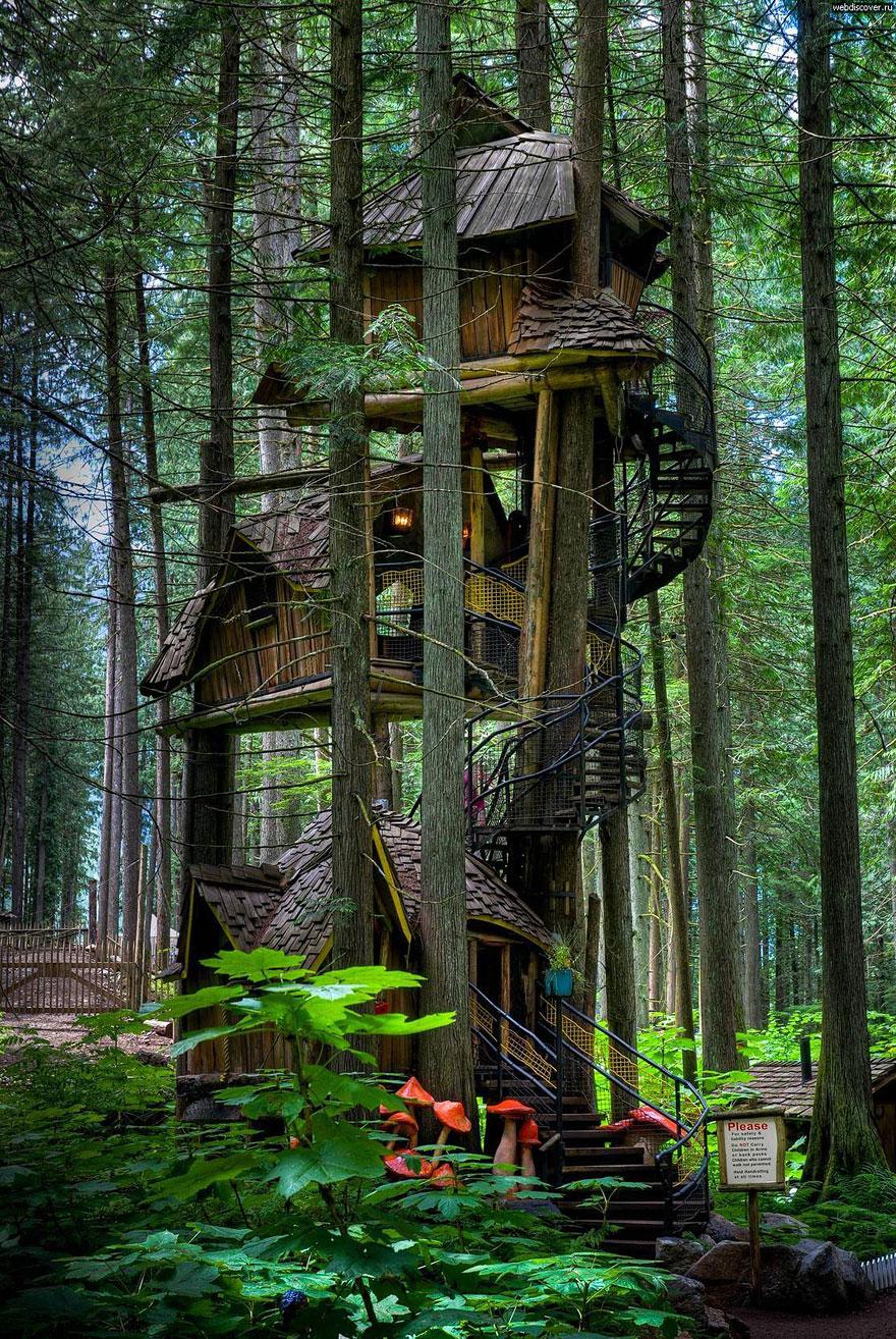 Three Story Treehouse (British Columbia, Canada) <br />Ez az emeletes kanadai lombház csupán kiállítási darab, de aki Revelstoke városban jár, feltétlen nézzem eg közelről!