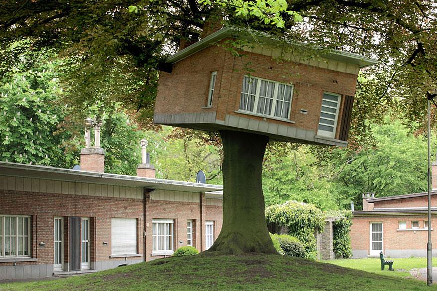 Senior Center Turned Treehouse (Belgium)<br />Ez a lombház tulajdonképpen egy művészeti projekt része, a TRACK elnevezésű fesztiválra készült, és a háttérben látható épületek kicsinyített mása.