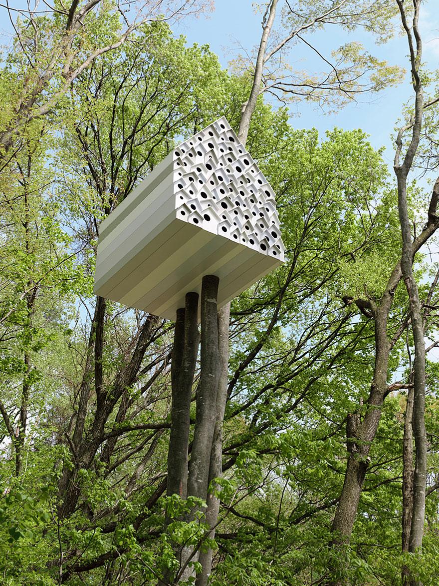 Treehouse for Birds and People (Andu Momofuku Centre, Japan)<br />Lombház madaraknak és embereknek! Az építmény egyik felében emberek, a másikban madarak lakhatnak, az elválasztófal apró lyukain pedig beleshetnek egymás életébe!