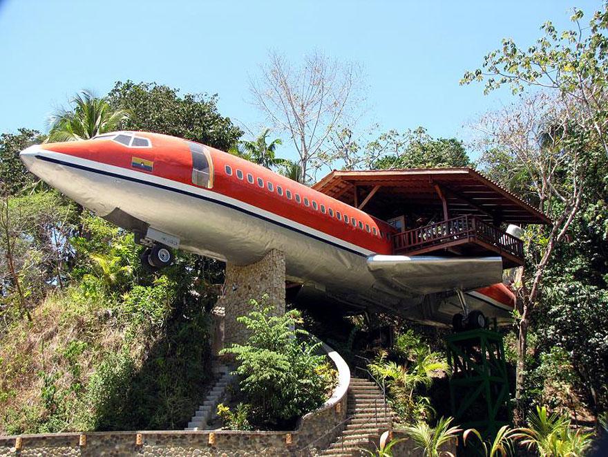 Plane Treehouse (Costa Rica) <br />Ez a rendhagyó lombház összesen 240.00 dollárból készült el, hogy luxuslakásként működhessen. A pilótafülkében egy jacuzzi található.