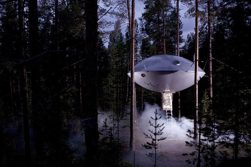 UFO Lombház (Svédország)<br />A bizarr UFO lombház tulajdonképpen egy hotel szobája, ugyanez a hotel kínálja a lejjebb látható madárfészek lombházat is a szállóvendégeknek.