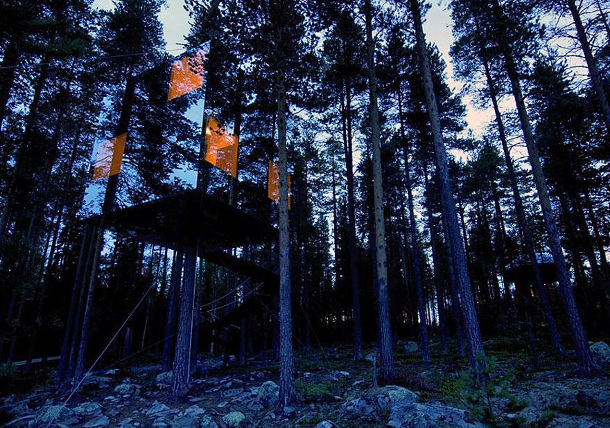 Mirror Tree House (Svédország)<br />A trükkös tükrös lombház elképesztő látványt nyújt, és egyben újraértelmezi a rejtekhely fogalmát. Az építmény egy hotel része.