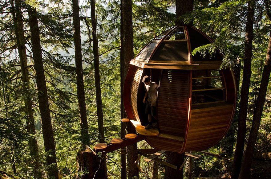 The HemLoft Treehouse (Whistler, Canada) <br />Ez a tojás alakú lombház Joel Allen sajátkezű alkotása, aki miután szoftverfejlesztőként meggazdagodott, asztalossá képezte át magát, hogy hobbijának élhessen.