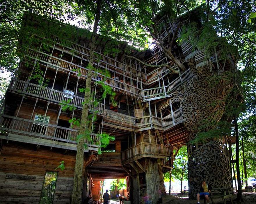 Minister's Treehouse (Crossville, Tennessee, USA)<br />Ez a világ legnagyobb lombháza, érdekessége, hogy kizárólag újrahasznosított faanyagból épült.