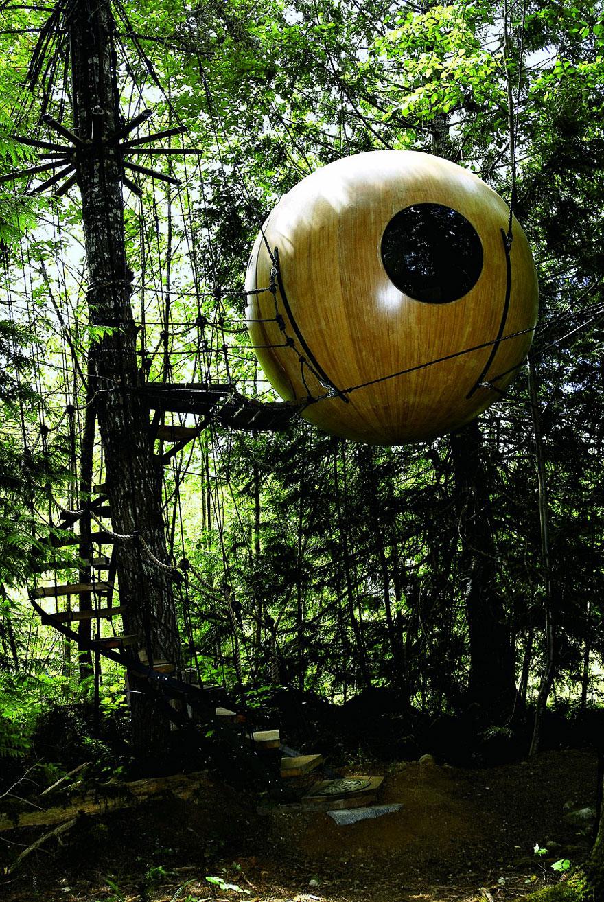 Free Spirit Sphere Treehouses (Canada)<br />Gömb alakú kanadai lombházak, melyek között kötélhágcsókon lehet közlekedni