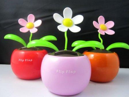 A műfaj alsó szintje a párszáz forintos, igen népszerű bólogató-integető plasztik virág.