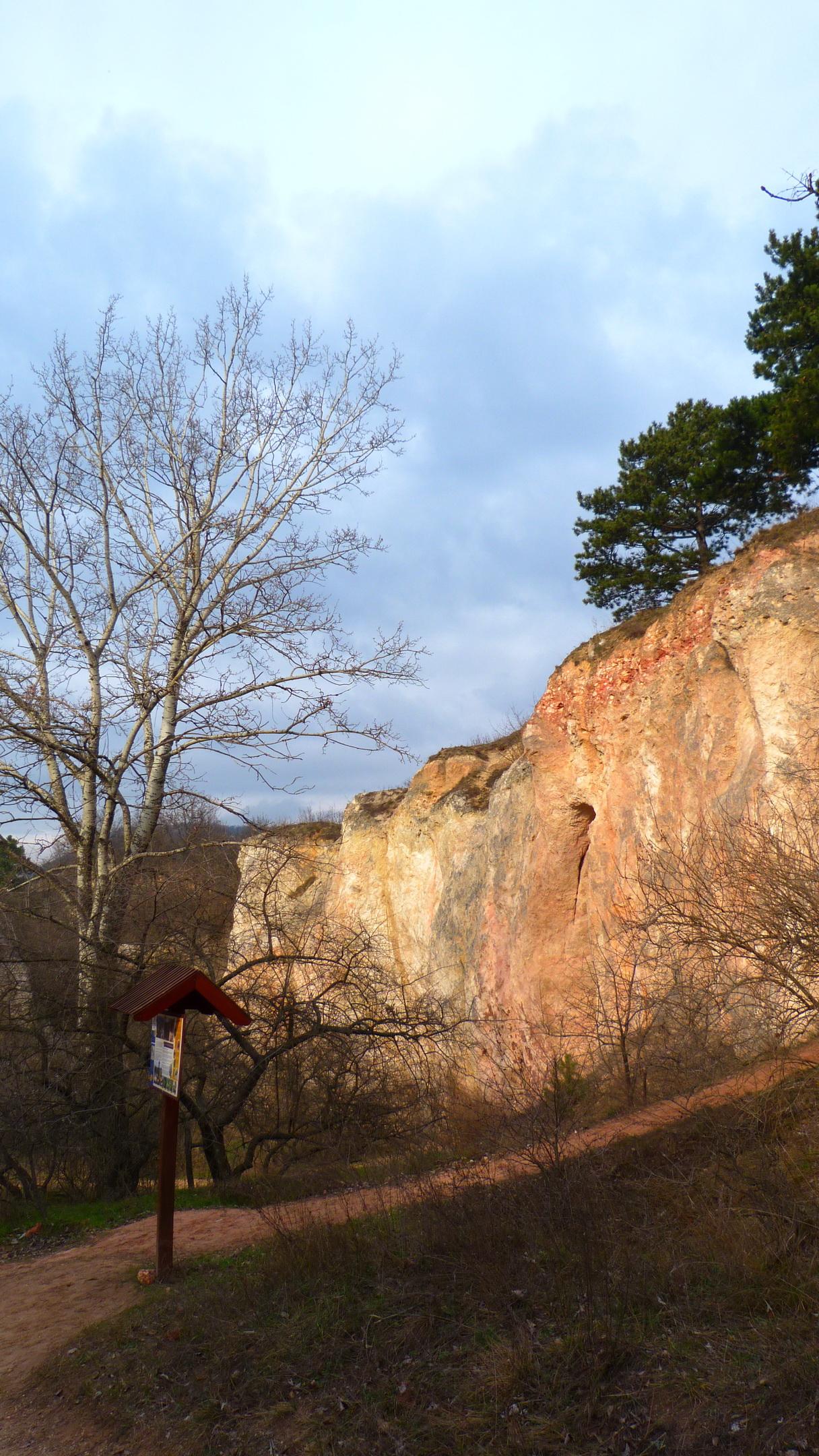 A Teve szikla melletti egykori bányafal