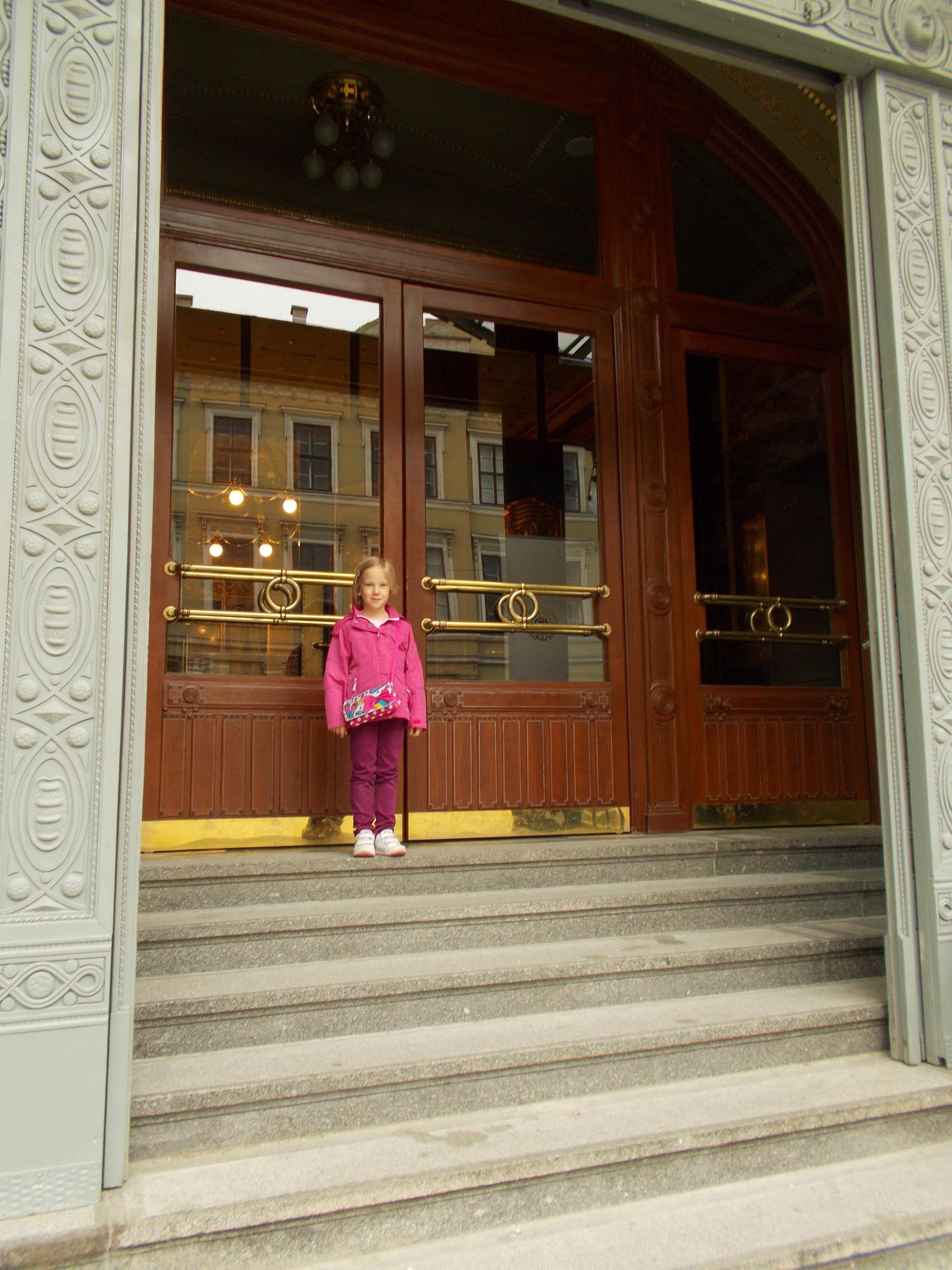 bejárata előtt Szonja