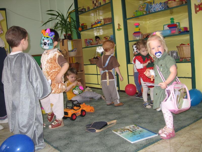 Az elsős bölcsis farsangon. Cumis postásként az alig 2 éves Szonja.
