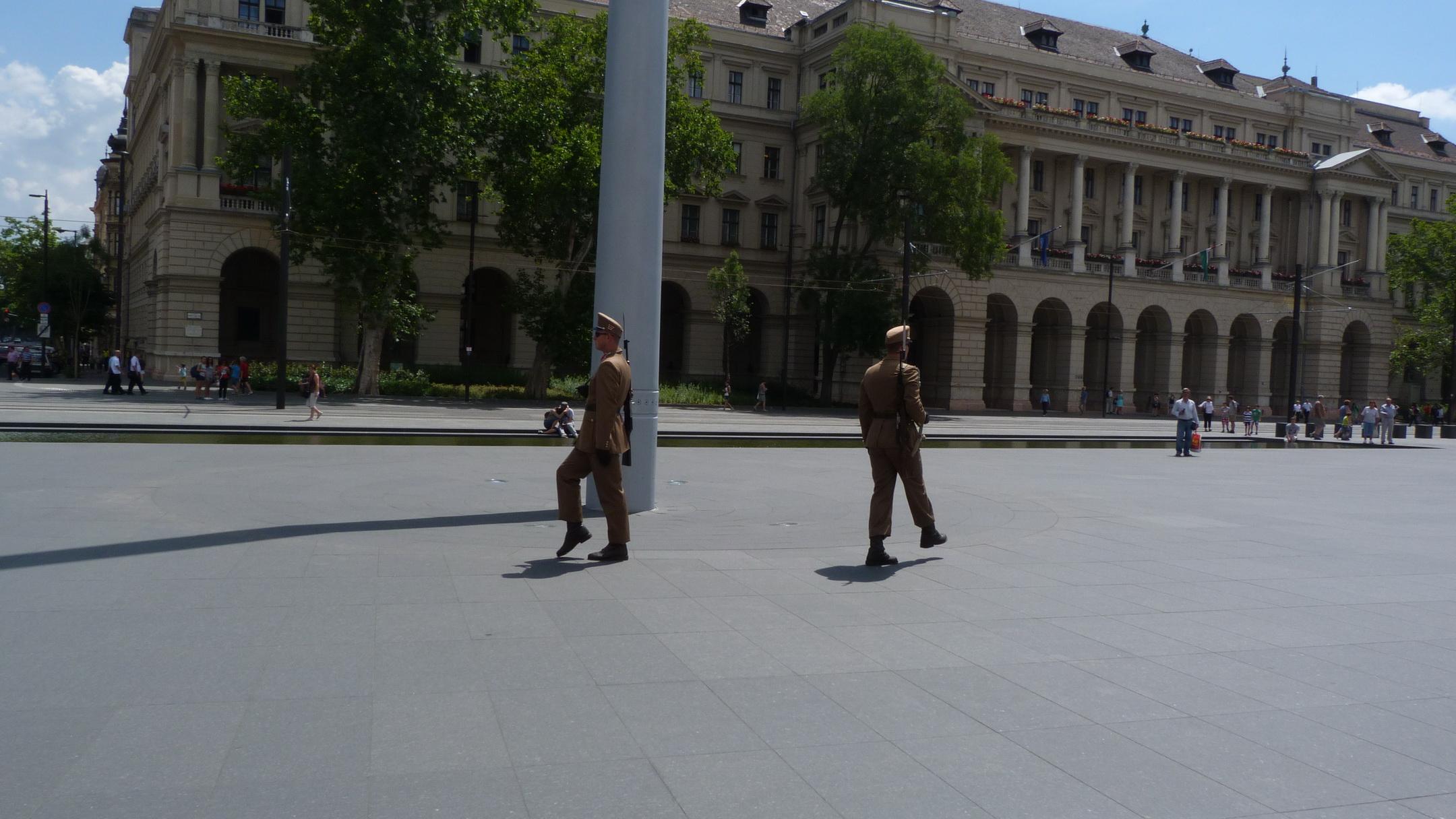 A zászlóőrök járnak egyet