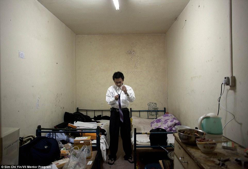 A 23 éves He Bing kölcsönöltönyben és nyakkendőben készül a sorsdöntő állásinterjúra - ha sikerül, biztosítási ügynök lesz belőle.