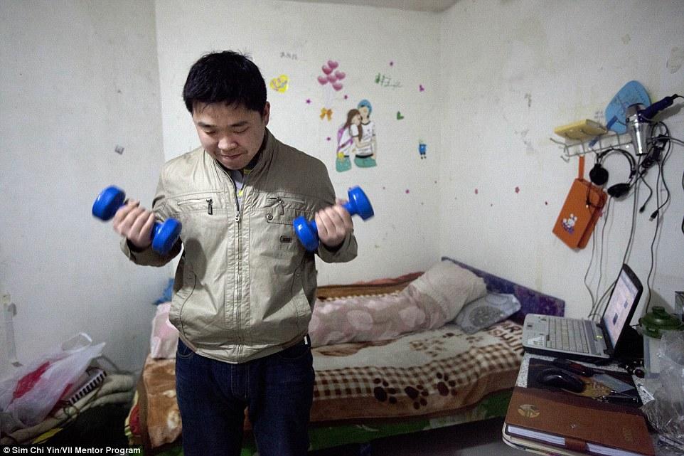 Xie Jinghui nemrégiben még Peking egyik központi részén lakott, ám a házat, melyben lakása volt, egy évvel ezelőtt lebontották. 'Mindenki meg van győződve arról, hogy csak átmenetileg költözik ide, ám a legtöbben a tervezettnél jóval tovább maradnak' - mondja.