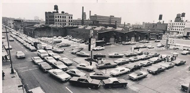 Olajválság, 1974 január. Több száz autós várakozik a benzinkút előtt, hogy üzemanyaghoz jusson..jpg