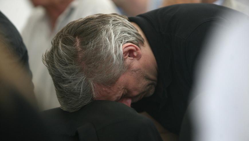 Alföldi Róbert a fejét az előtte lévő szék támlájára hajtva, Kulka János összeráncolt homlokkal, aggódó tekintettel.png