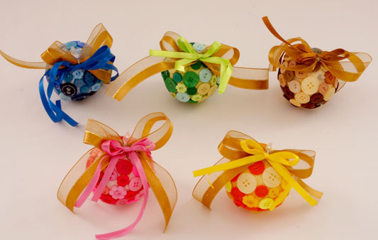 diy-christmas-tree-ornaments-buttons-foam-balls-ribbons.jpg